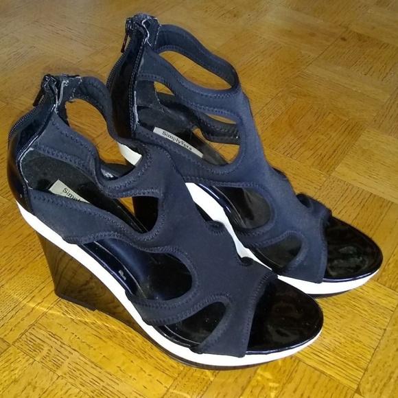 c43d4984d Simply Vera black   white neoprene wedge sandals. M 5be4a294a5d7c61fade04de3